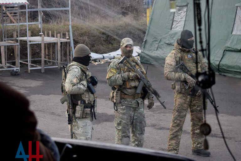 Las Fuerzas Armadas y el Servicio de Seguridad de Ucrania detienen a los residentes que tienen familiares en Rusia en los puestos de control del Donbass