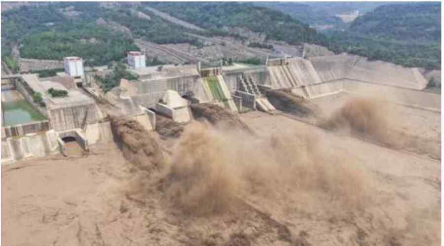 En medio de las lluvias e inundaciones, China envía a los militares para detener el colapso 'inminente' de una presa en Henan