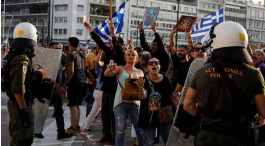 (Video) La policía griega ataca a los manifestantes antivacunas con cañones de agua y gas lacrimógeno frente al parlamento en Atenas