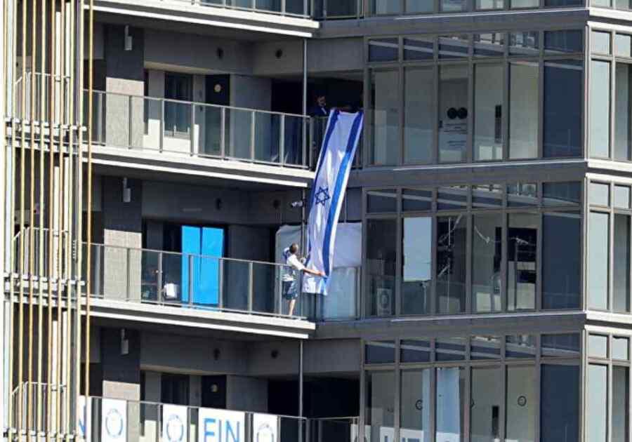 Video: Grupo de atletas israelíes arruina una cama anti-sexo en la Villa Olímpica de Tokio