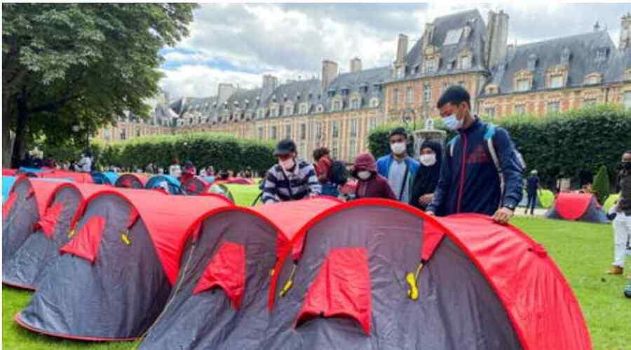 """Campamento de tiendas de campaña para más de 400 inmigrantes sin hogar es erigido en el exclusivo distrito de París en protesta por un alojamiento """"digno"""""""