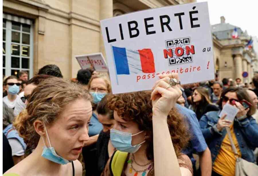 (Video) La policía despliega gases lacrimógenos para dispersar a los parisinos que protestan contra los pases y las vacunas del Covid 19