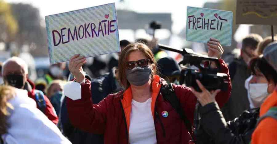 (Video) Protestas contra las restricciones del coronavirus golpean Berlín en Alemania