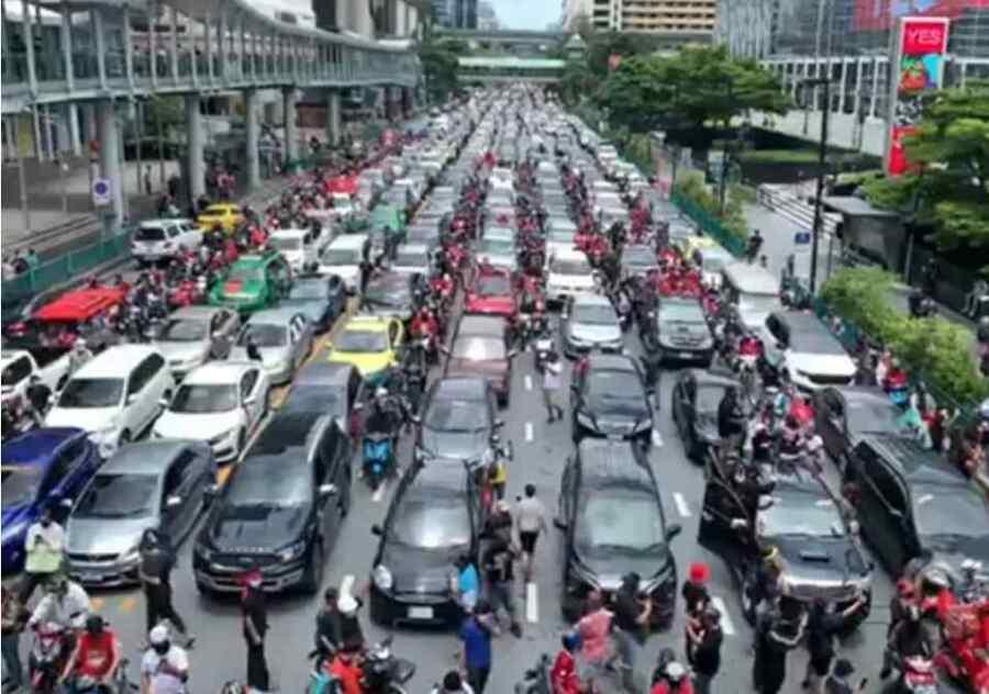 (Video) Protesta de automóviles en Tailandia por el manejo gubernamental y los cierres del Covid -19