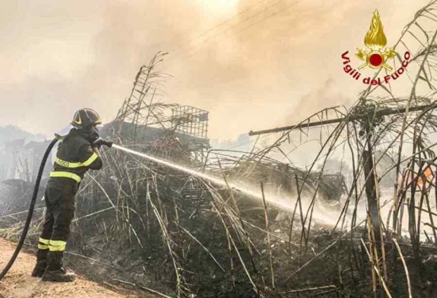 (Video) Los incendios forestales provocan la evacuación de 800 personas en Pescara, Italia