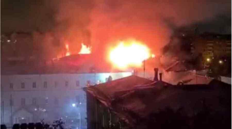 (Video) Evacuación de emergencia cuando un incendio masivo arrasa el dormitorio de la prestigiosa escuela militar en el centro de Moscú