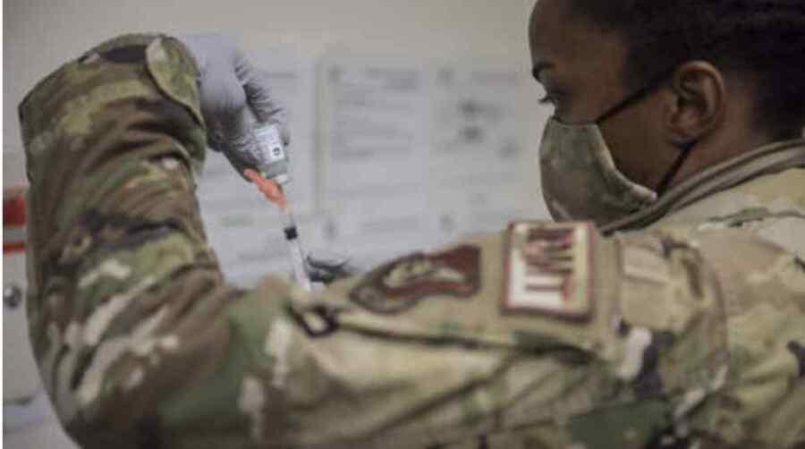 La imposición de un mandato de vacuna mal concebido a las Fuerzas Armadas de Estados Unidos va a la par con la desastrosa marcha no viral si no ideológica de nuestros militares .