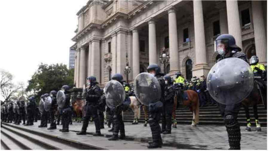 """Australia ofrece a las personas frustradas el """"regalo"""" de recuperar sus vidas, pero sólo con códigos QR y otras medidas implementadas del Covid"""