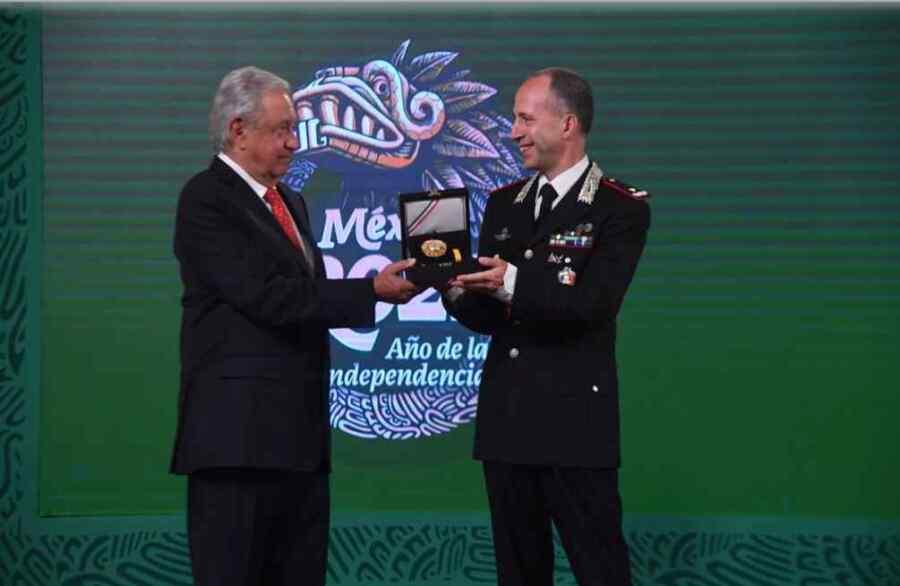 Presidente de México AMLO entrega condecoración a comandante de carabineros de Italia por rescate de arte de México