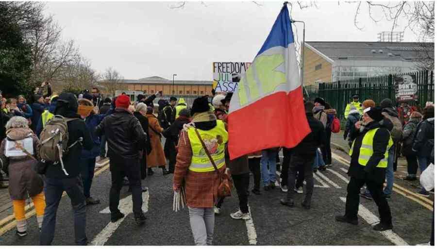 (Video) Activistas de los chalecos amarillos celebran nueva ronda de manifestaciones contra el gobierno de Macron en París Francia