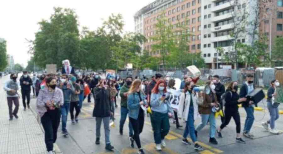Carabineros reprimen protestas contra el presidente Sebastián Piñera