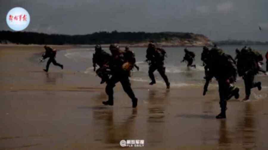 (Video) Ejército de China practica el desembarco en la playa en medio de las crecientes tensiones con Taiwán
